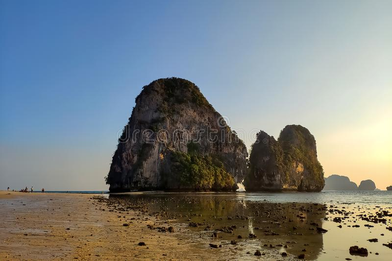 Большая малая вода на пляже пещеры pranang Солнечный вечер и ясное голубое небо, широкий песчаный пляж стоковая фотография