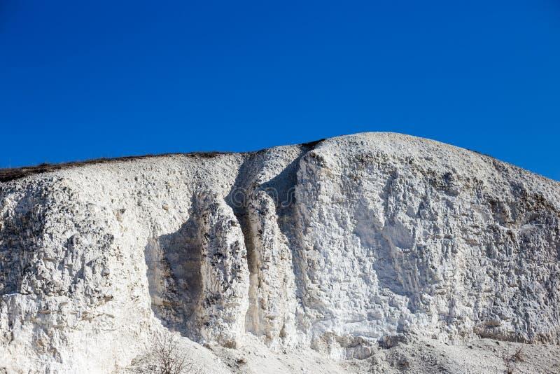 Большая меловая гора и голубое небо без облаков стоковая фотография rf