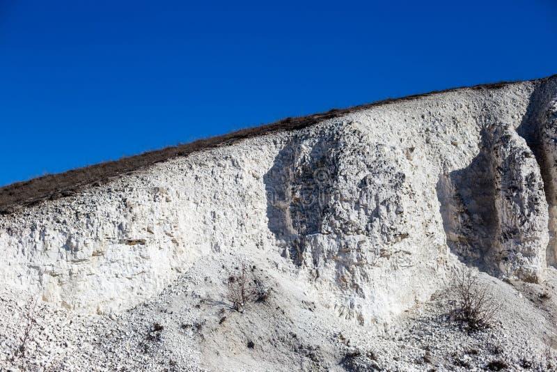 Большая меловая гора и голубое небо без облаков стоковые фото