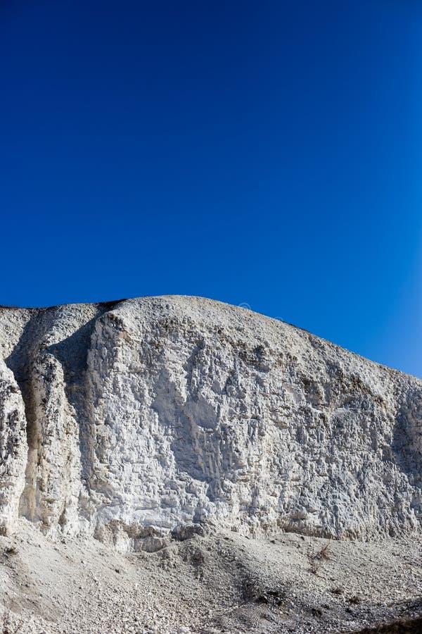 Большая меловая гора и голубое небо без облаков стоковое изображение rf