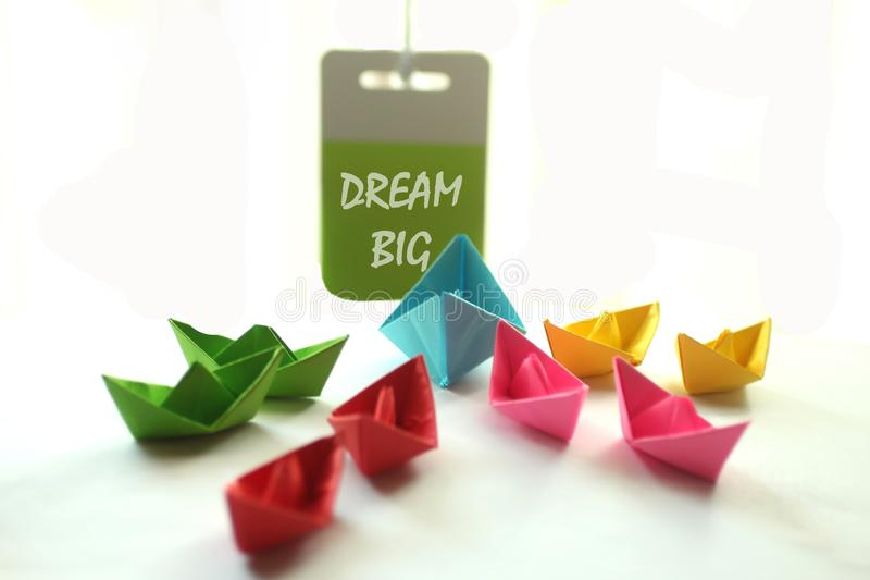 Большая мечты Дух понедельника с бумажными шлюпками и текстовыми сообщениями стоковое фото rf