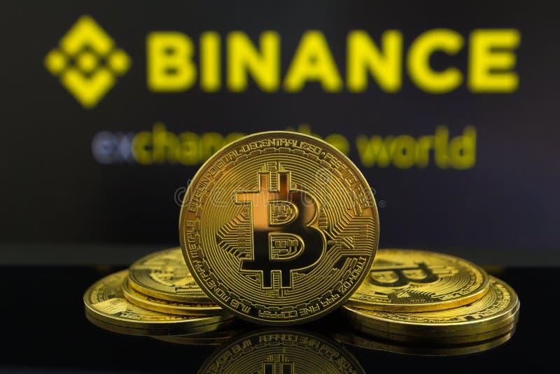 Большая монетка cryptocurrency Bitcoin в центре и другие монетки bitcoin от обоих сторона перед рынком Binance секретным _ стоковые изображения rf