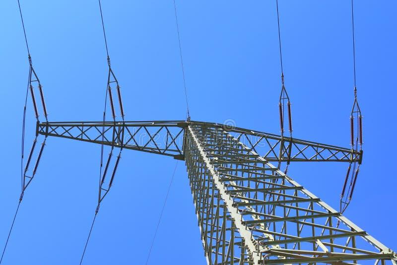 Большая опора силы транспортируя электричество в области сельской ме стоковые изображения rf