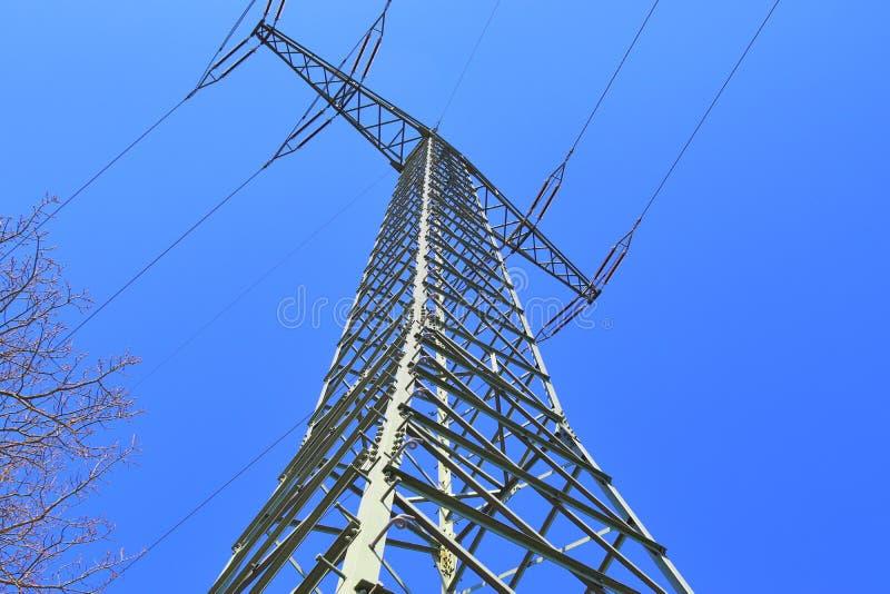 Большая опора силы транспортируя электричество в области сельской ме стоковая фотография