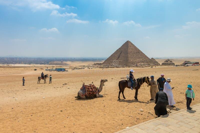 Большая пирамида Menkaure в Гизе с туристом в Египте стоковое изображение rf