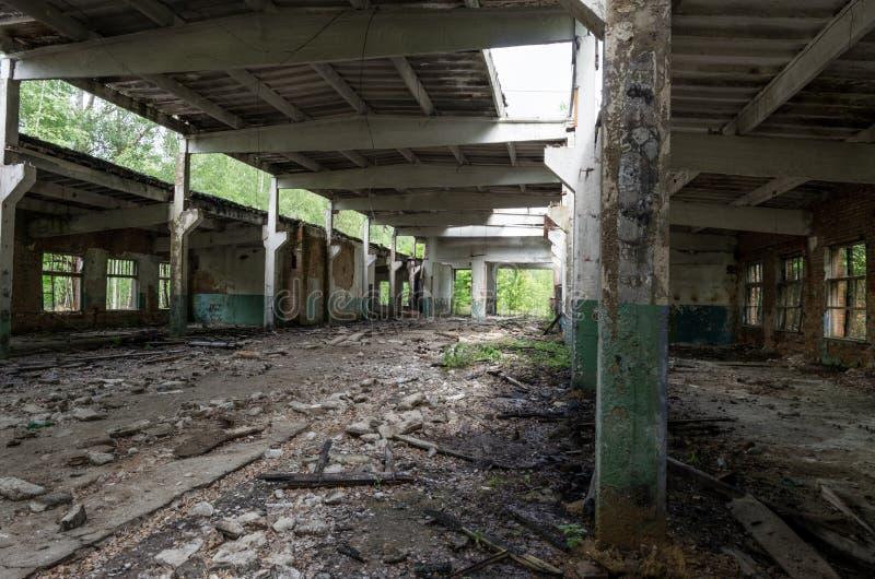 Большая получившаяся отказ комната Комната с столбцами Старые треснутые стены стоковые фотографии rf