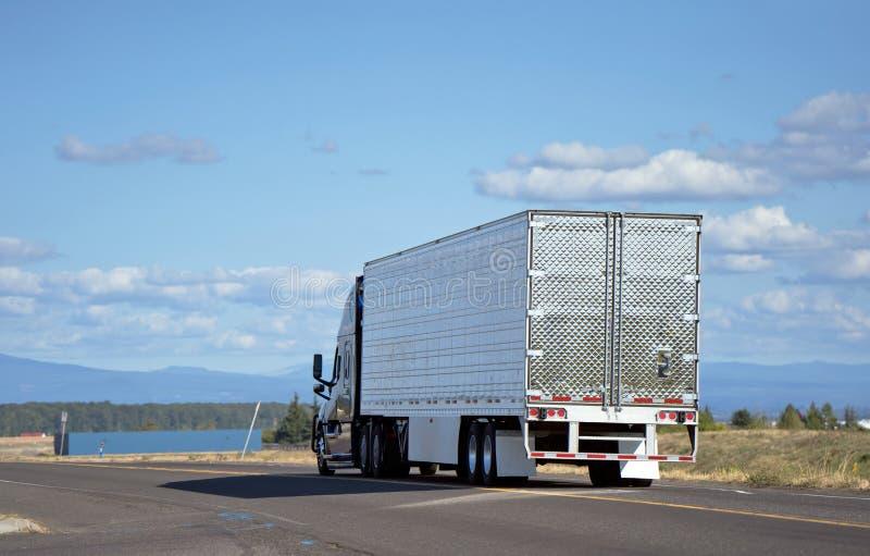 Большая полу-тележка снаряжения при reefer трейлер semi транспортируя груз o стоковое изображение