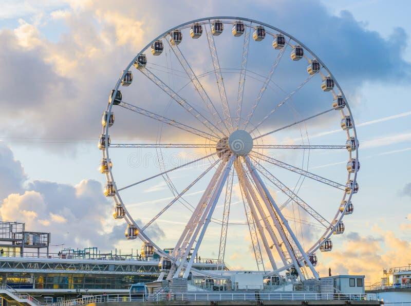 Большая привлекательность колеса ferris на пристани пляжа Голландии Scheveningen известный и touristic городок стоковая фотография