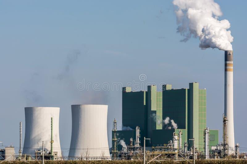 Большая производя фабрика со стояками водяного охлаждения и камином стоковые фотографии rf