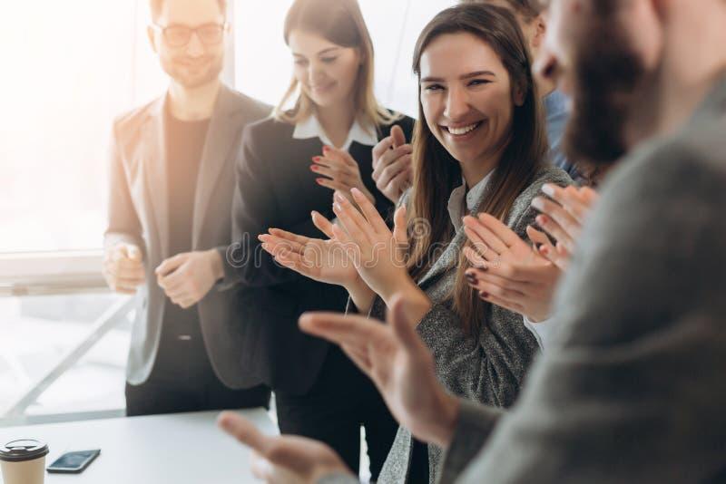 Большая работа! Успешная команда дела хлопает их руки в современном рабочем месте, празднуя представление нового продукта стоковые изображения rf