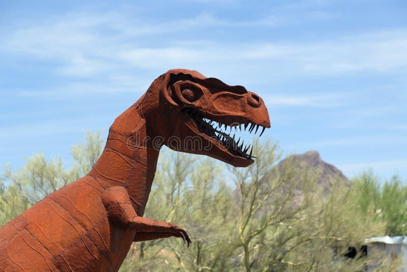 Большая ржавая статуя динозавра металла стоковое фото
