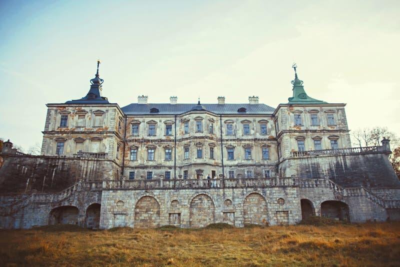 Большая сверхконтрастная панорама: Замок Podgoretsky Pidhirtsi, Украина, возникновение центрального входа в осень стоковое изображение rf