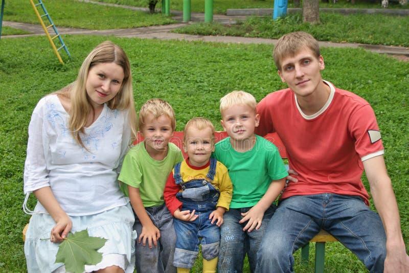 Download большая семья стоковое изображение. изображение насчитывающей напольно - 1192261