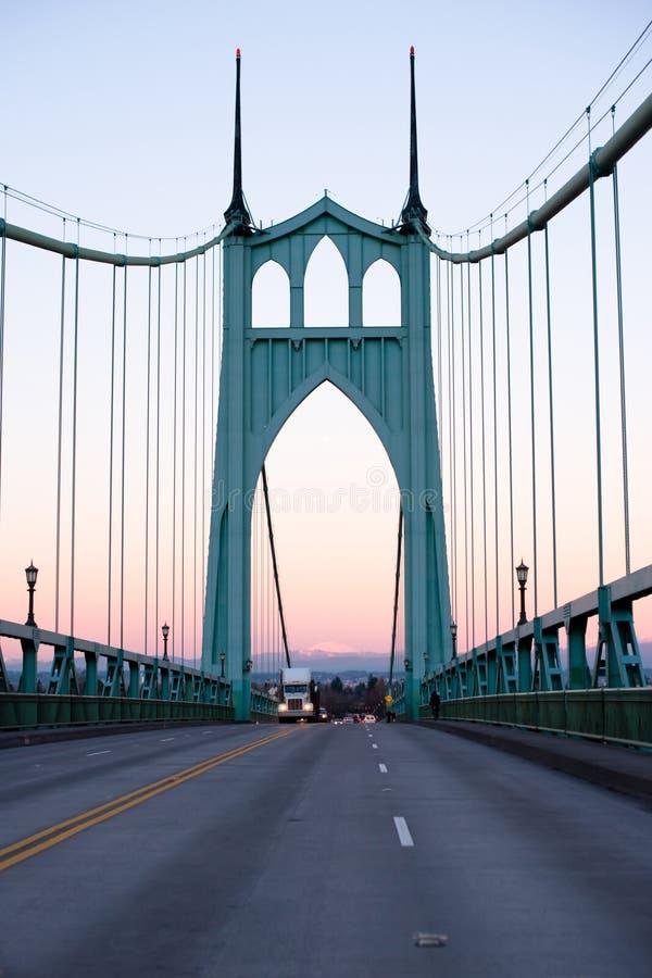 Большая снаряжения тележка semi бежать на мосте St. Johns в twiligh вечера стоковые фотографии rf