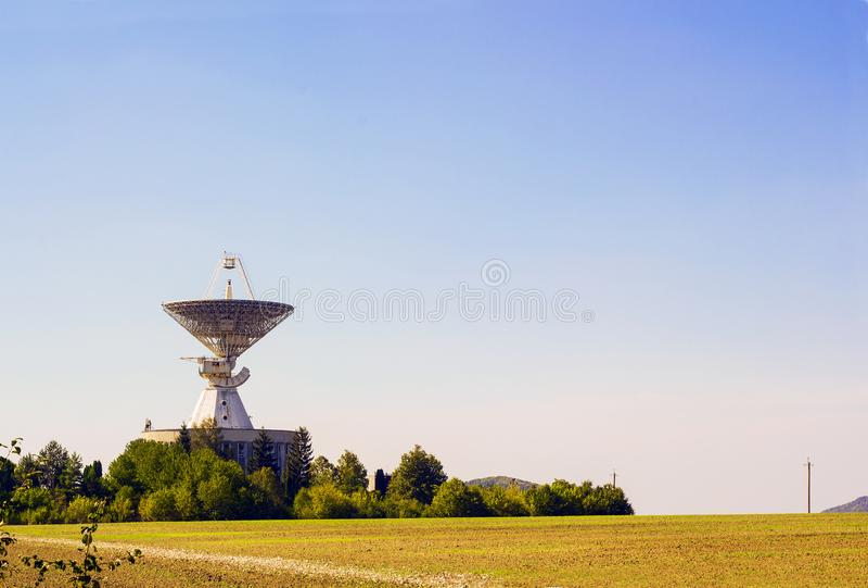 Большая станция антенны радара спутниковой антенна-тарелки в зеленом поле стоковые изображения