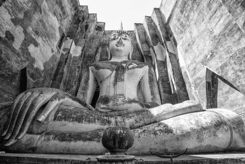 Большая статуя Будды в приятеле Wat Si, парке Sukhothai историческом, Таиланде стоковые изображения