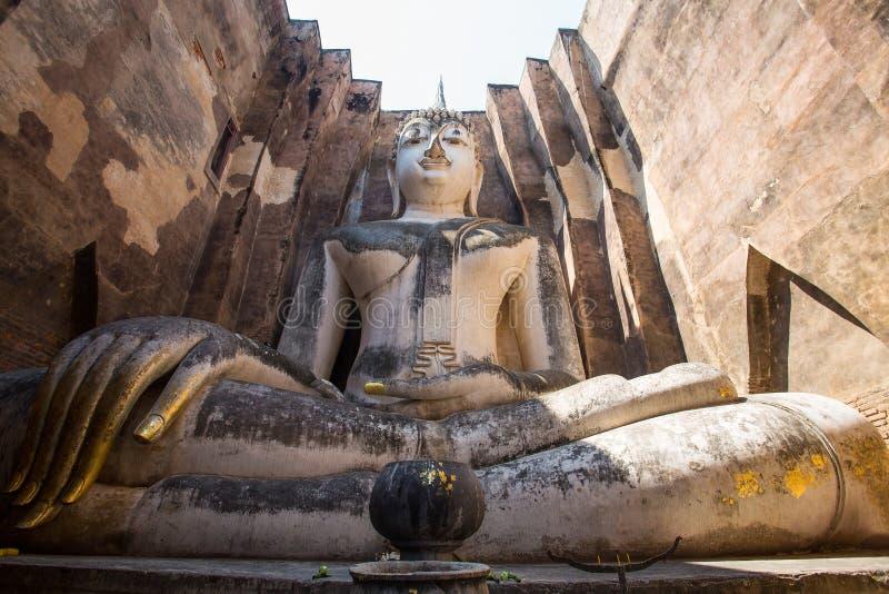 Большая статуя Будды в приятеле Wat Si, парке Sukhothai историческом, Таиланде стоковое изображение rf