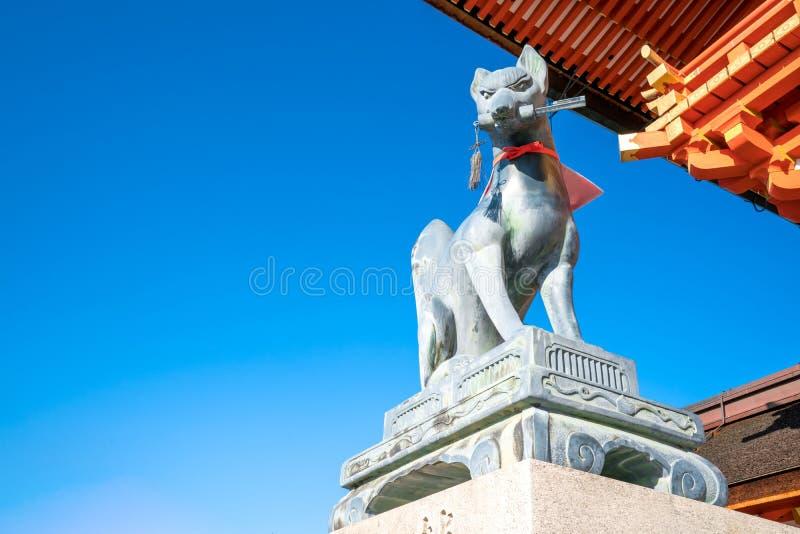 Большая статуя камня лисы на этапе внутри виска Fushimi Inari Taisha святыни Fushimi Inari азиатского в Японии стоковое фото rf