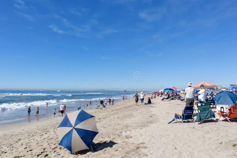Большая толпа людей на пляже стоковые фотографии rf