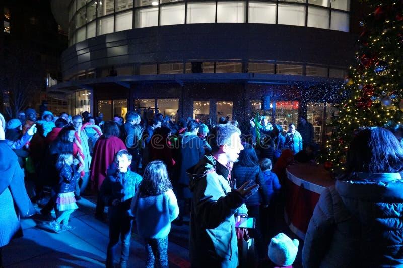 Большая толпа на освещении рождественской елки стоковые фотографии rf