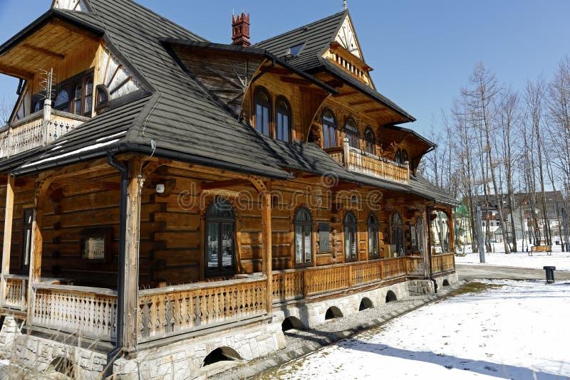 Большая традиционная деревянная вилла стоковые изображения rf