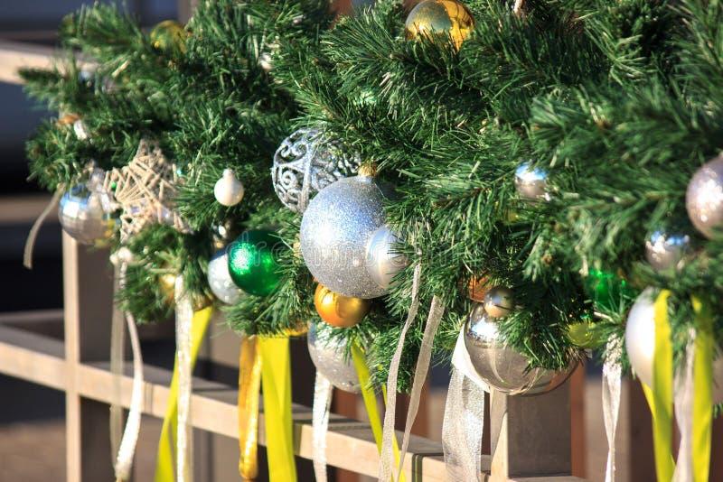 Большая украшенная рождественская елка во дворе  жилого комплекса, украшения shimmer в солнце Нижний взгляд стоковые изображения rf