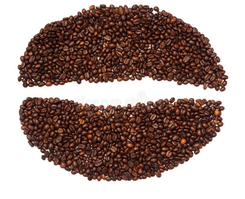 Большая форма кофейного зерна сделанная из изолированных кофейных зерен на белой предпосылке стоковые изображения