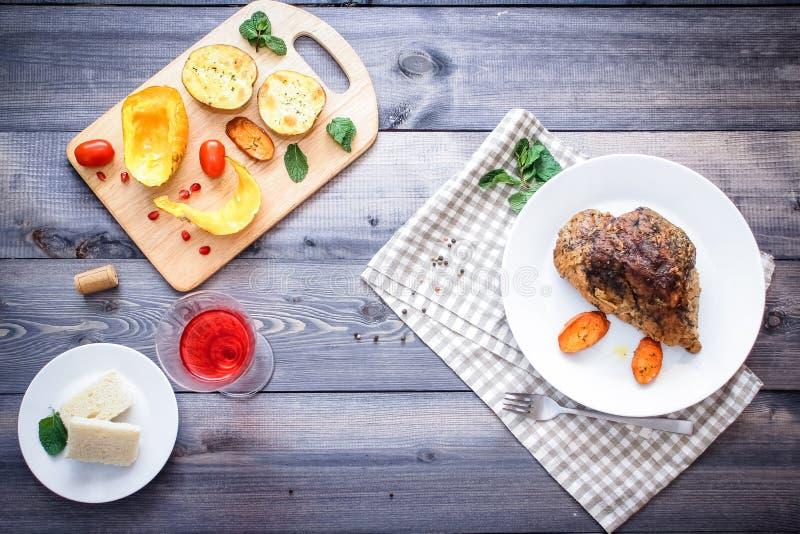 Большая часть испеченного натюрморта мяса на светлом деревянном столе стоковая фотография