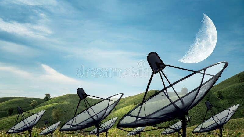 Большая черная спутниковая антенна-тарелка стоковая фотография rf