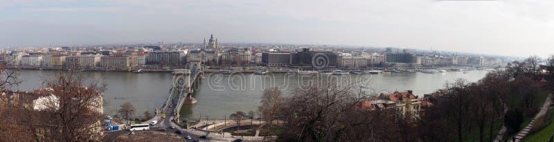 Большая широкая панорама города Будапешта с мостом исторических зданий цепным и горизонтом города вдоль реки Дуная стоковые фото