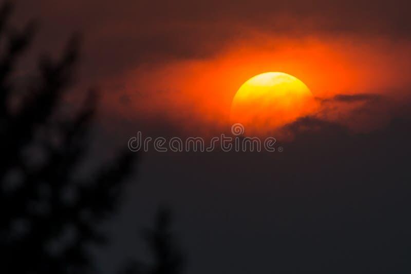 Большая яркая оранжевая установка солнца между облаками шторма около Колорадо-Спрингс, Колорадо стоковые изображения rf