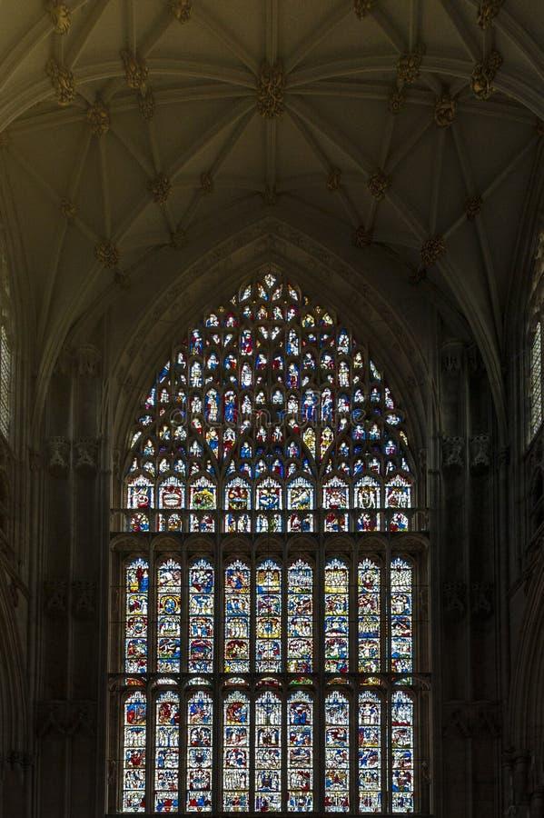 Большее восточное окно, самая большая ширь средневекового цветного стекла в Великобритании на Ист-энде монастырской церкви Йорка, стоковое фото rf