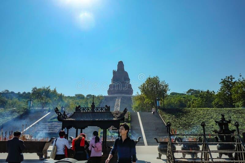 """Большее Guanyin Будда или """"богиня статуя пощады """"поверх горы Xiqiao Фарфор города Foshan стоковые изображения rf"""