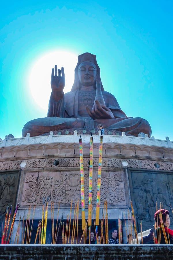 """Большее Guanyin Будда или """"богиня статуя пощады """"поверх горы Xiqiao Фарфор города Foshan стоковое фото"""