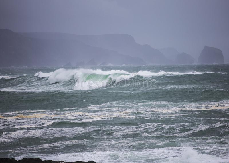 Большие атлантические волны свертывают на берег во время шторма зимы стоковые изображения rf