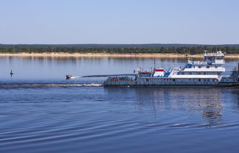 Большие баржа и моторная лодка на Волга стоковые изображения