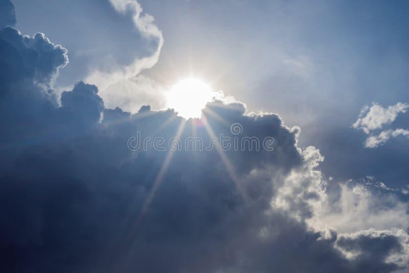 Большие белые облако и световой луч за облаком с голубым небом стоковые изображения rf
