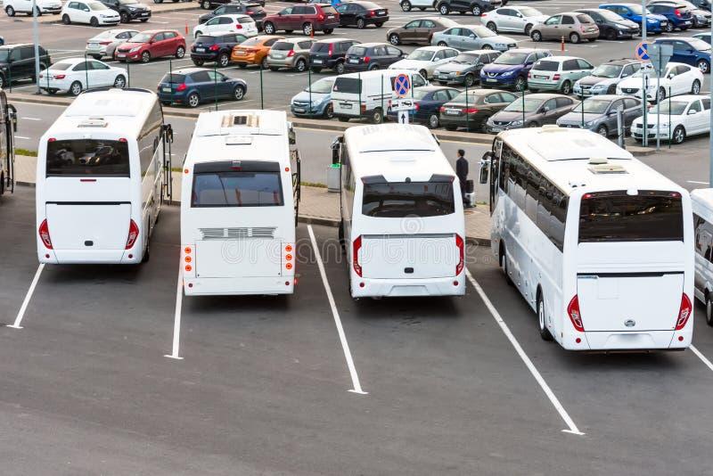 Большие белые туристические автобусы на автостоянке Россия Санкт-Петербург 9-ое июня 2018 стоковое фото rf