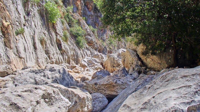 Большие валуны на дне каньона на Мальорке стоковые изображения