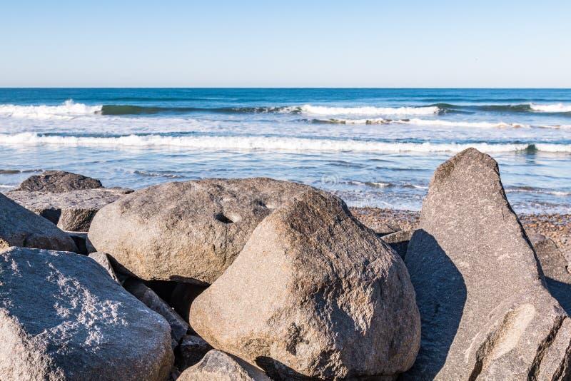 Большие валуны на южном пляже положения Карлсбада стоковое фото rf