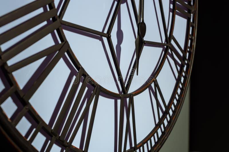 большие винтажные настенные часы стоковая фотография