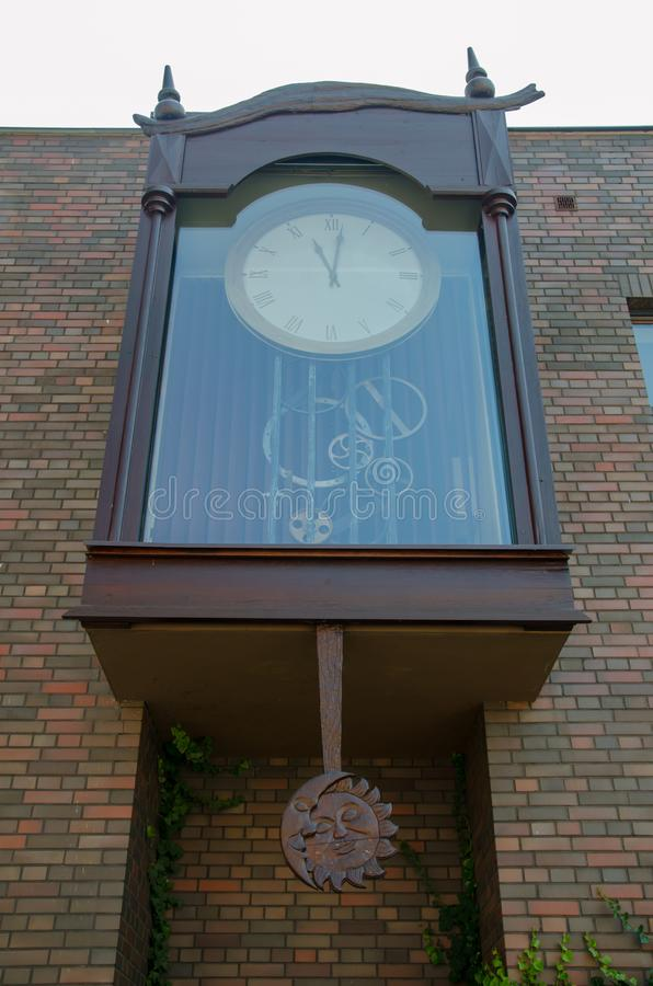 Большие внешние часы с видимым механизмом и луной и солнцем деревянными стоковое изображение