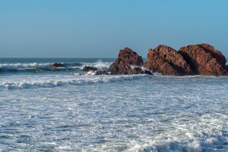 Большие волны в Атлантическом океане - идеальном прибое в пустыне Марокко, Африки стоковые фотографии rf