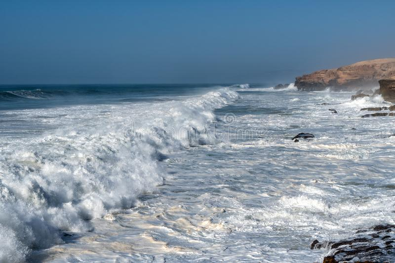 Большие волны в Атлантическом океане - идеальном прибое в пустыне Марокко, Африки стоковые фото