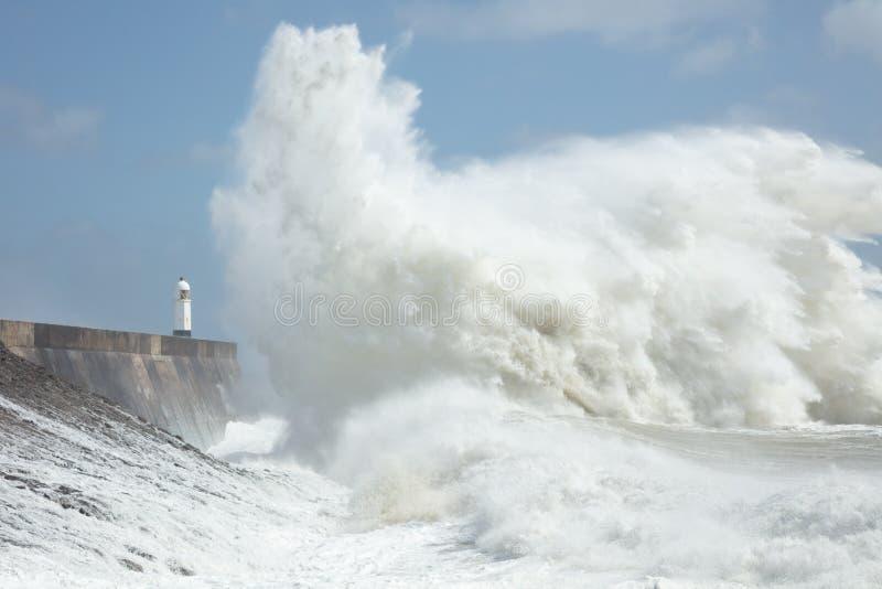Большие волны в Порткаоле, Южный Уэльс, Великобритания стоковое изображение