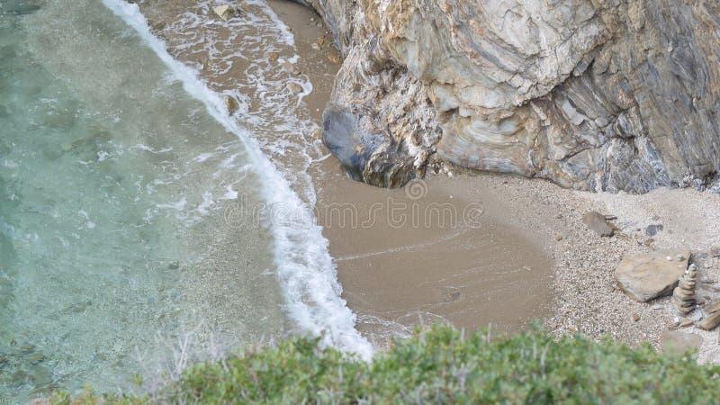 Большие волны, который колотят на утесах стоковое изображение