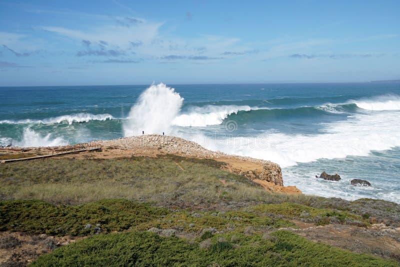 Большие волны на побережье Португалии стоковая фотография rf