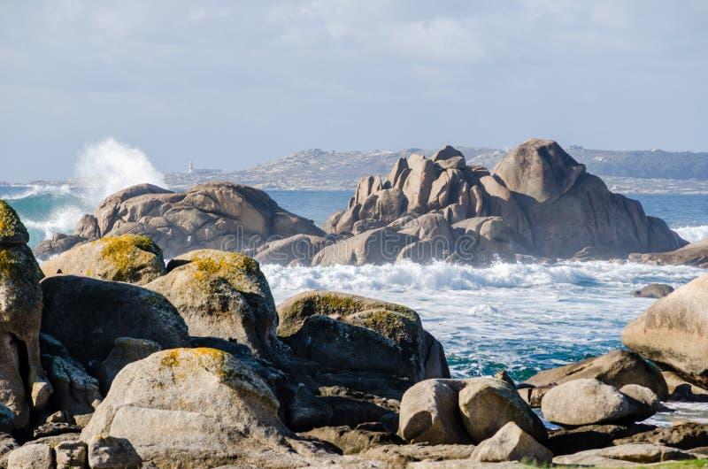Большие волны разбивая на береговой линии утесов стоковое фото rf