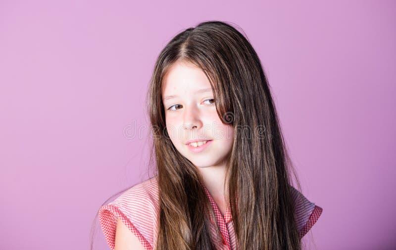 Большие волосы ребенок на пурпурной предпосылке r маленькая девочка психолога ребенка милая r стоковые фото