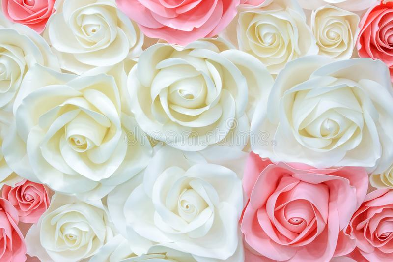 Большие гигантские бумажные цветки Большое розовое, белый, беж Роза, пион сделанный от бумаги Стиль пастельной бумажной картины п стоковая фотография rf